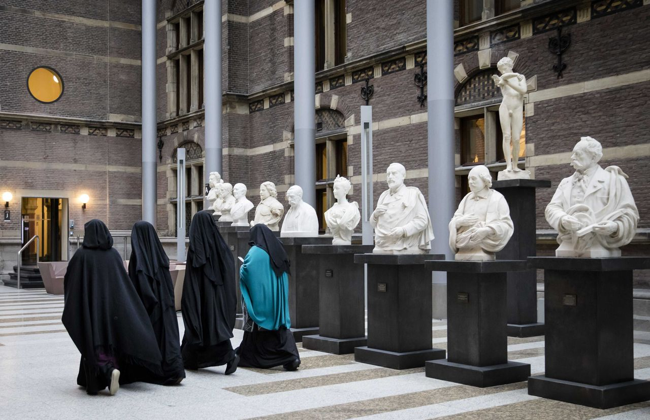 Dutch Parliament approves law on banning burqa